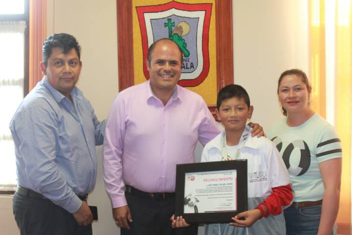 Alcalde reconoce a Juan Pablo por obtener la medalla de plata en los Juegos Nacionales