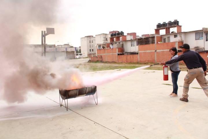 Capacitan en Tetla a comerciantes sobre el uso de extintores