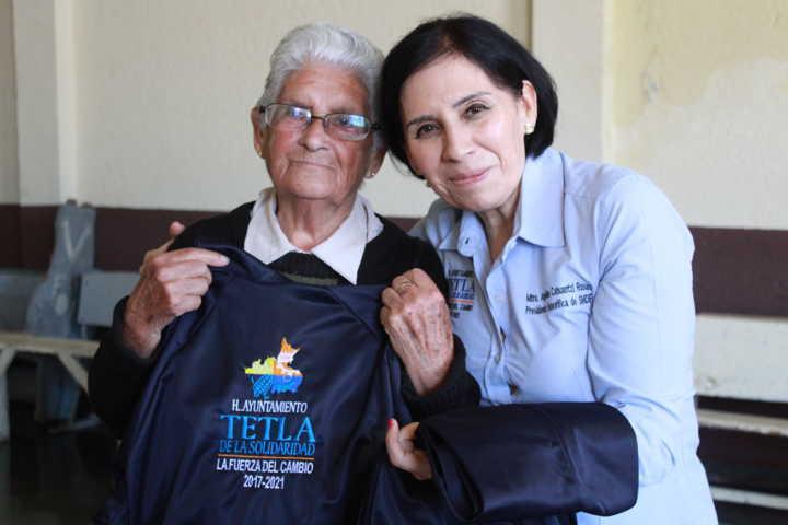 El DIF municipal entrega uniformes deportivos a los adultos mayores