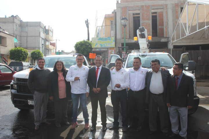 Alcalde mejora los servicios de obras y alumbrados con 2 camionetas nuevas