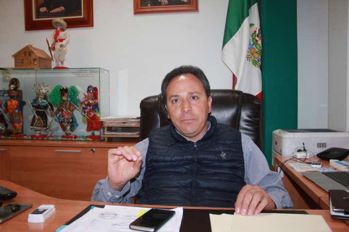 Arremete alcalde contra funcionarios flojos que no trabajan y quieren cobrar