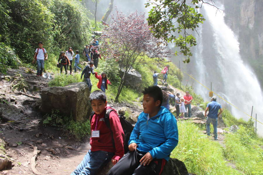Visitan niños del curso de verano cascadas de Quetzalapan