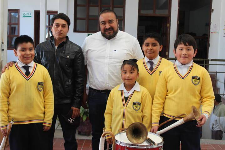 Alcalde entrega a Primaria Mártires de Xicohtzinco  instrumentos musicales