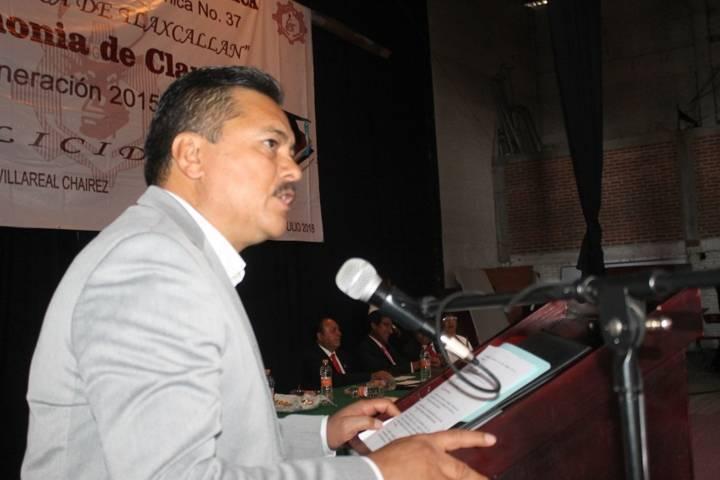 Alcalde invita a egresados de 7 escuelas que continúen hasta alcanzar sus metas