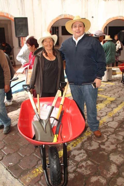 Alcalde impulsa la economía de los pobladores con herramientas sin ningún costo