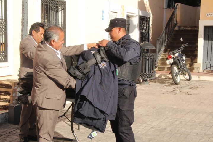 Alcalde entrega 2da dotación de uniformes en este año a policías del municipio