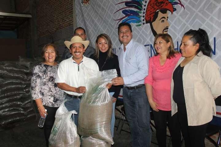 Alcalde entrega fertilizante orgánico a campesinos del municipio