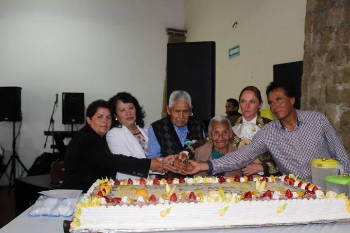 Celebró Eloy Reyes a los abuelitos de Apetatitlán
