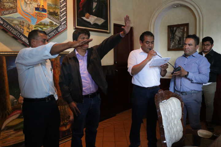 Alcalde toma protesta a presidentes de comunidad de Tepatlaxco e Ixcotla
