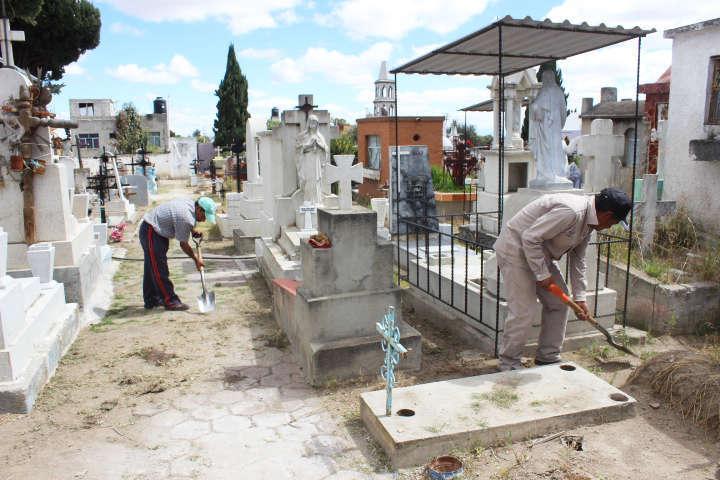 Ayuntamiento de Huamantla realiza mantenimiento a panteones municipales