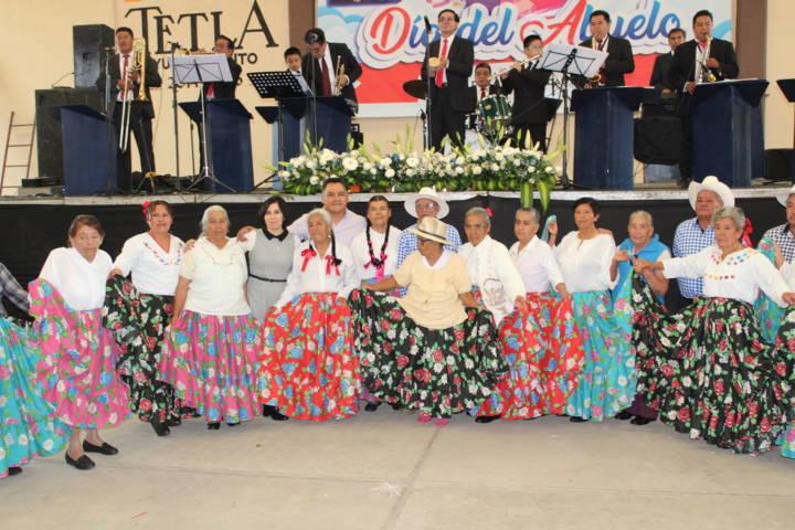 SMDIF de Tetla celebra el día del abuelito