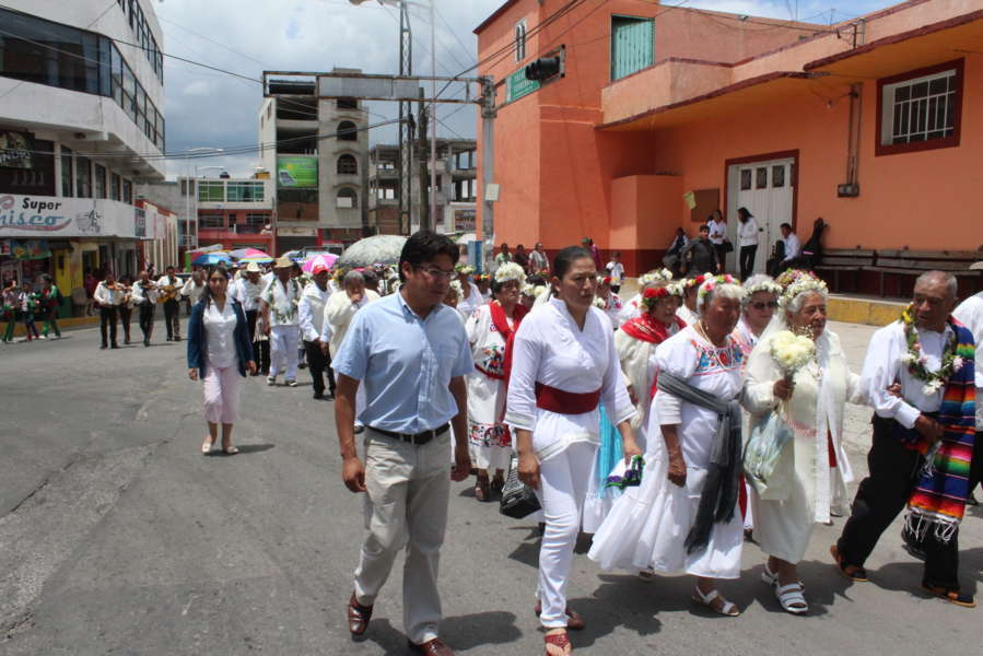 Abuelitos de Xaloztoc danzan el Xochipitzahuatl para festejar su día