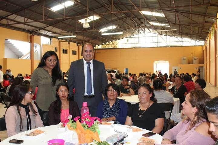 Sanabria Chávez festejó a los maestros de Santa Cruz Tlaxcala