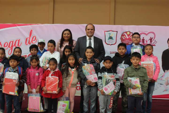 Alcalde fortalece la economía de los grupos vulnerables entregando kits escolares
