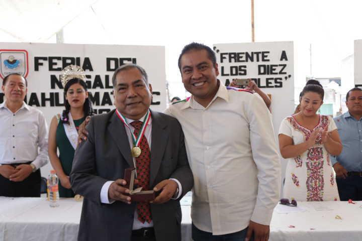 Alcalde reconoce la labor del padre Adrián con presea al Mérito Ciudadano