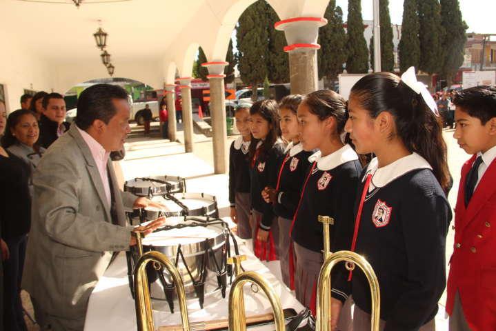 Alcalde beneficio a primaria Flores Magón con equipo para banda de guerra