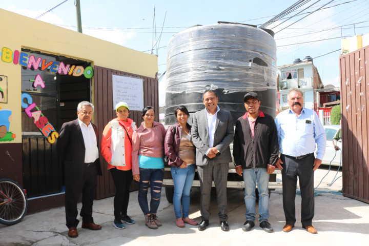 Alcalde entrega cisterna de 5 500 litros a la primaria Nicolás Bravo