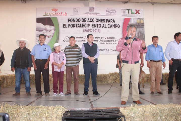 Alcalde impulsa la economía de los campesinos con 166 paquetes de ganado ovino