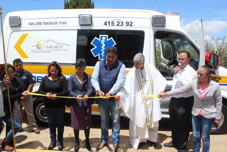 Alcalde entrega moderna ambulancia para traslados de enfermos