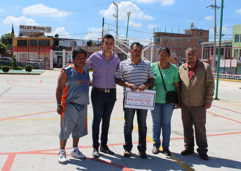 Premia alcalde a campeones del 1er torneo de basquetbol