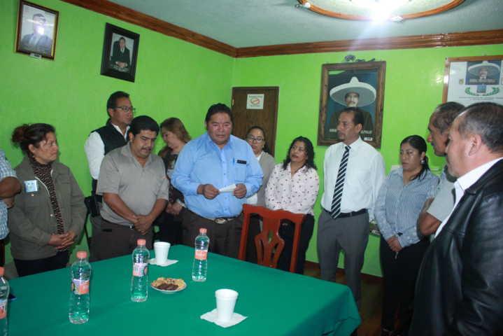 Alcalde contribuye con el mejoramiento de la iglesia con apoyo de 115 mil pesos