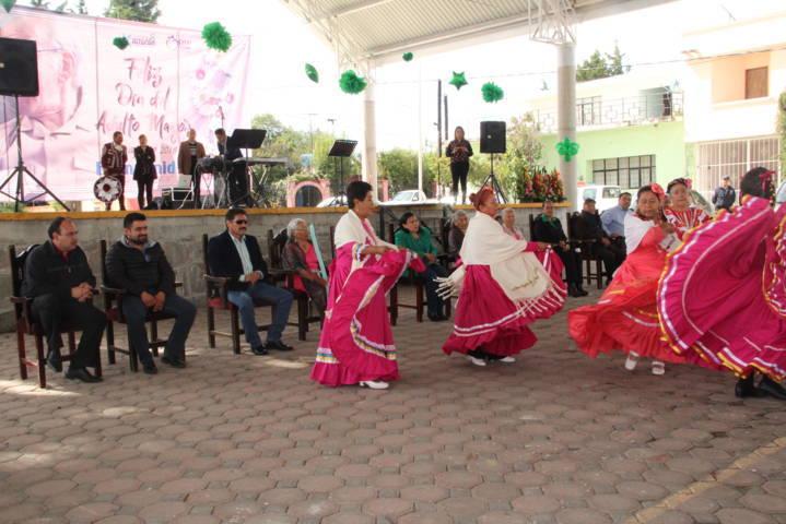 Sánchez Amador apapacho a los adultos mayores y les canta las mañanitas