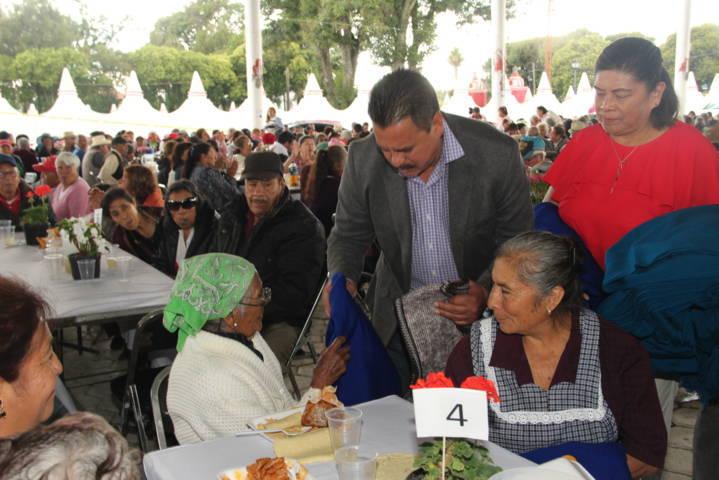 Villarreal Chairez festejo a los abuelitos con un sano esparcimiento