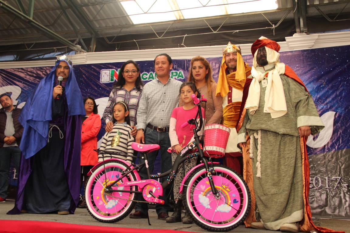 Alcalde festeja el Día de Reyes con juguetes y un show de Peppa Pig