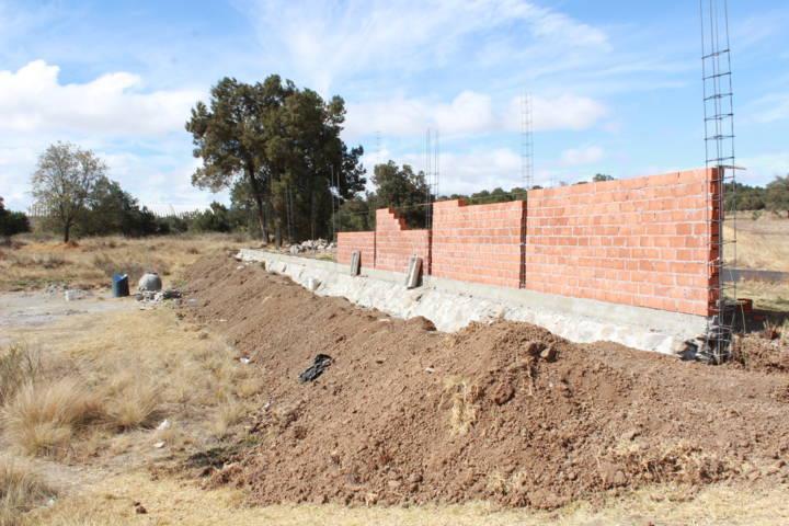 Alcalde contribuye con la barda perimetral del panteón de Matlalohcan