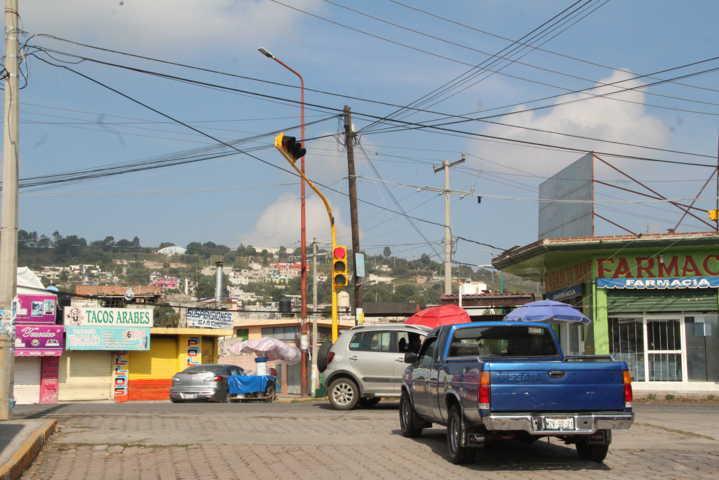 Alcalde pone en funcionamiento semáforo que beneficia a 7 mil alumnos