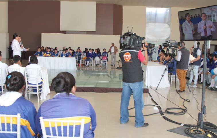 Alumnos hacen demostración de conocimientos en programa de televisión