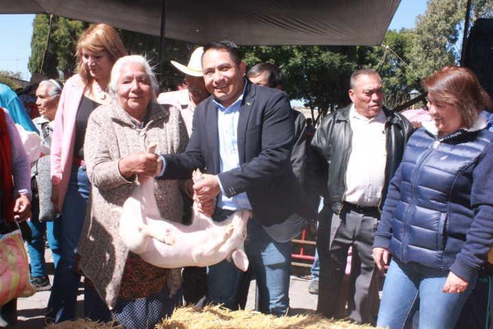 Alcalde y diputada apoyan a 143 productores con herramientas y animales