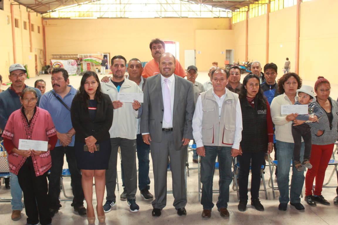 Sanabria Chávez entrega vales de material para obra pública del FISE 2019