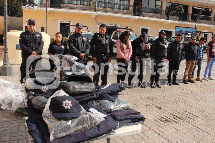 Alcalde mejora la imagen de la policía dotándolos de uniformes y de equipo táctil