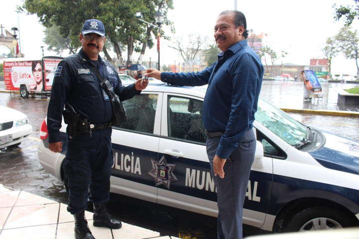 Entrega alcalde Zacatelco patrulla para seguridad Pública