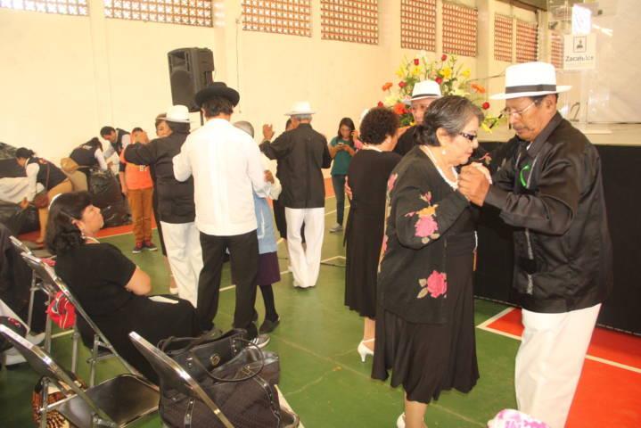 Abuelos de Zacatelco son festejados por el Ayuntamiento