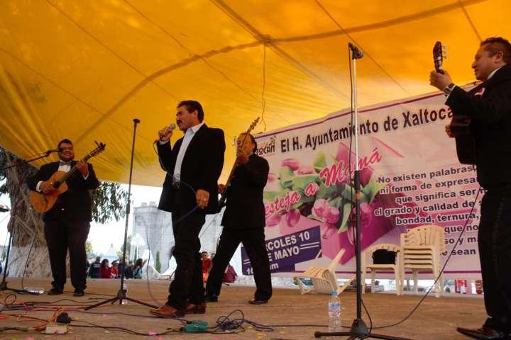 Alcalde les canta las mañanitas a las madres en su día
