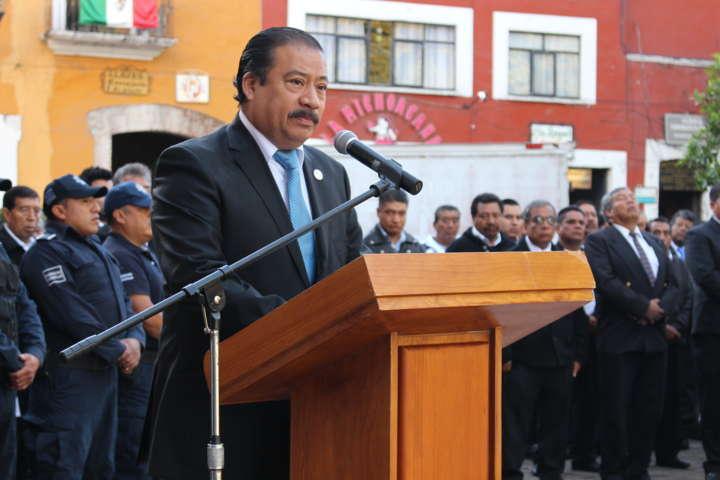 Alcalde de Zacatelco preside izamiento de bandera