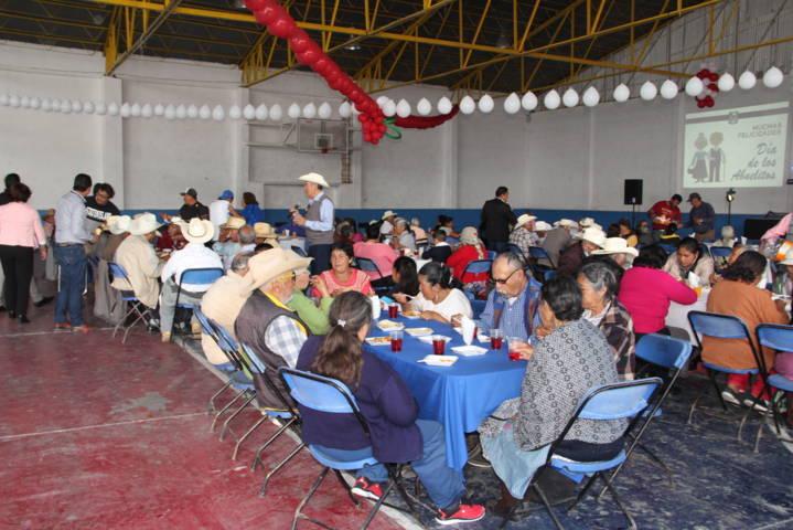 Alcalde Rosete Sánchez festejo a los abuelitos en su día con una comida