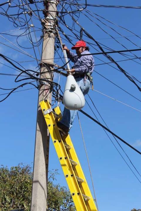 Inicia Gobierno Municipal de Xicohtzinco reparación de lámparas