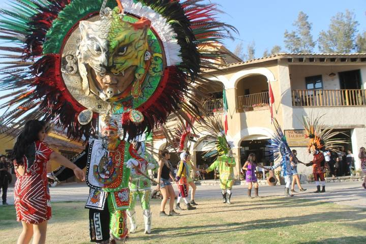 Huehues de Yauhquemehcan llegan a Val ´Quirico y cautivan a turistas