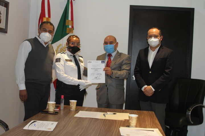 Entregan beca a una elemento de la dirección de seguridad municipal de Chiautempan