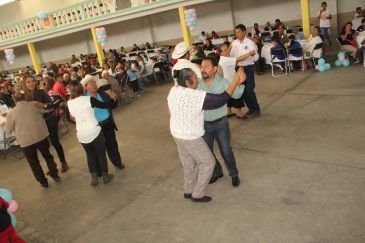 León Garfias llevo felicidad a los abuelitos a sus comunidades