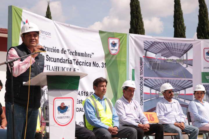 Alcalde impulsa la educación de 2 escuelas con una techumbre