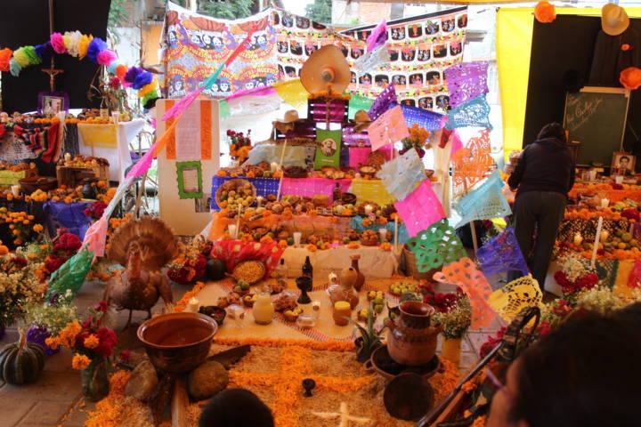 Con gran algarabía se rinde tributo a los muertos en Santa Cruz Tlaxcala