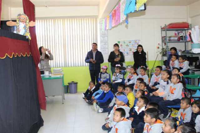 CEDH presenta obra de teatro guiñol en escuela Abraham Castellanos de Tepetitla