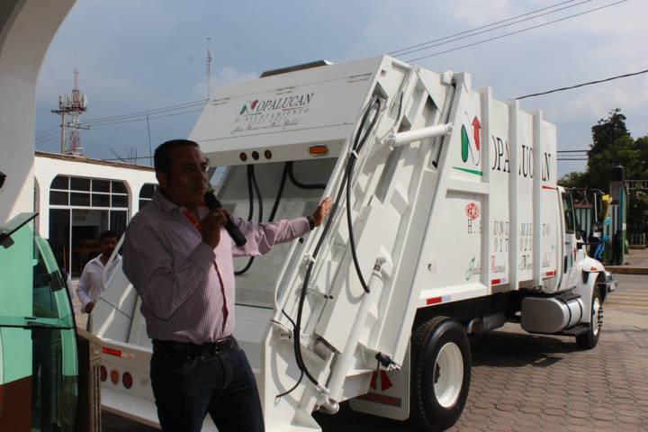 Alcalde entrega camión recolector de basura en beneficio de la población