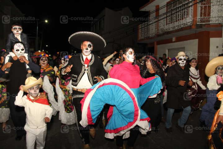 Celebrando Hasta Morir reunió a charros, catrines y catrinas en su desfile nocturno