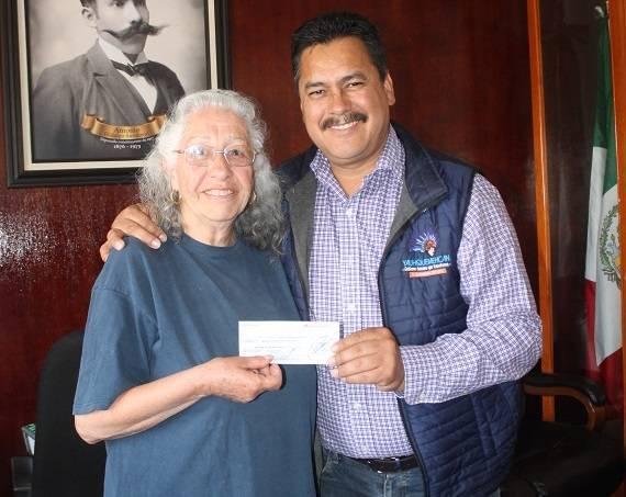 Alcalde premia a mujeres en el sorteo conmemorativo del Día de la Mujer