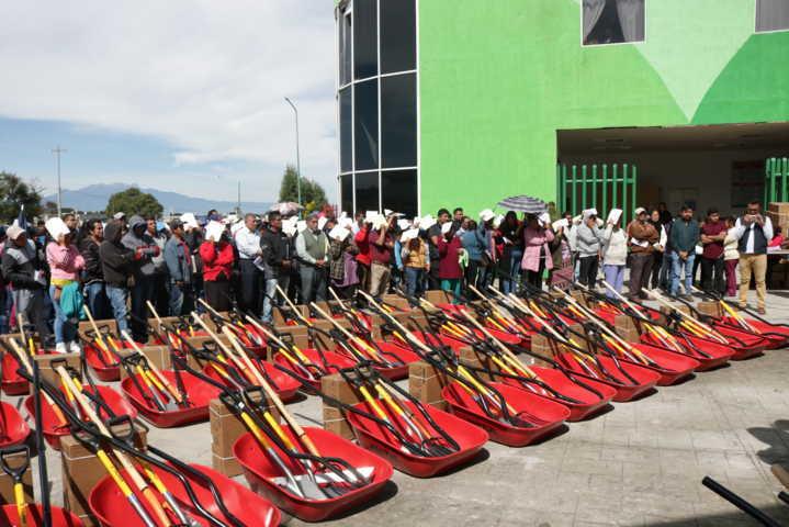 Alcalde fortalece el campo entregando 440 paquetes de herramientas